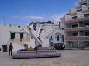 baum Mai2011 300x225 <!  :de  >Der bekannte Lorbeerbaum von Puerto Naos schlägt wieder aus!<!  :  >